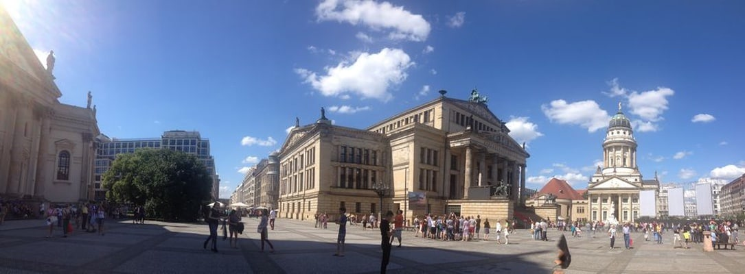 Berlin: Private Tour Guide in Your Bus for 2 or 3 Hours